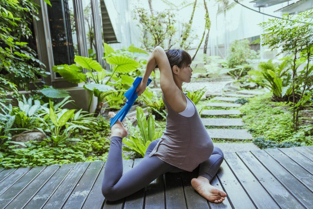 孕婦可以做的運動─孕婦瑜珈伸展線條不傷身